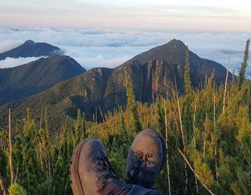 Um pulo na montanha durante as férias de família